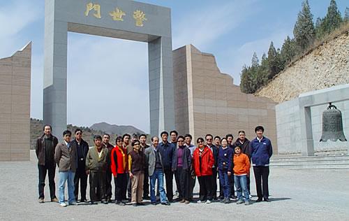 参观完盘山烈士陵园,我们又驱车来到天津市抗日战争纪念碑.