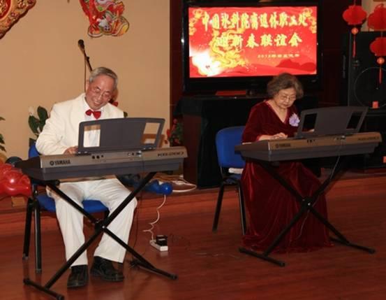 电子琴演奏《小白船》《瑶族舞曲》
