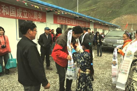 小学生 玉树州/藏族小学生献上热情的哈达